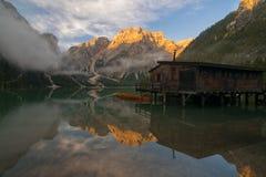 Luce di mattina su Lago di Braies, dolomia, Italia Immagine Stock Libera da Diritti