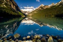 Luce di mattina sul loius del lago con chiare acque calme Fotografia Stock