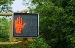 Luce di segnalazione di traffico di attraversamento in New York Fotografia Stock