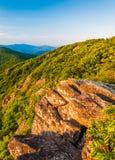 Luce di sera su un affioramento roccioso e su Ridge Mountains blu dalla traccia appalachiana nel parco nazionale di Shenandoah Immagini Stock Libere da Diritti