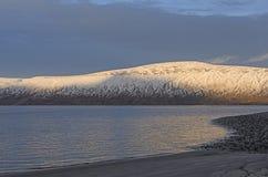 Luce di sera su un'alta riva artica Fotografia Stock