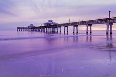 Luce di sera sul pilastro di pesca in Myers Beach forte Fotografie Stock