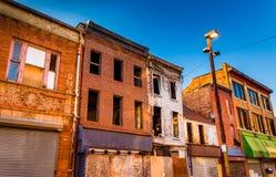 Luce di sera sulle costruzioni abbandonate al centro commerciale di Città Vecchia, Baltimora immagini stock libere da diritti