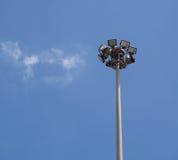 Luce di sport sul fondo del cielo blu con la nuvola Fotografia Stock