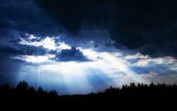 Luce di Sun attraverso il cielo della nuvola Fotografie Stock
