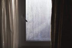 Luce di Sun tramite la finestra e le tende bagnate Fotografie Stock