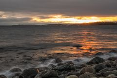 Luce di tramonto della spiaggia alla spiaggia di pietra immagini stock