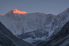 Luce di tramonto nelle montagne e nella montagna di Belukha, Altai Fotografie Stock