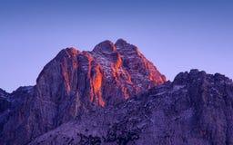 Luce di tramonto sul picco di Jof Fuart dalla città di Valbruna Fotografia Stock Libera da Diritti