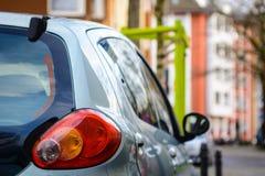 Luce di un'automobile, parcheggiante ad una via al giorno fotografia stock