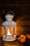 Luce di una lampada ed uova di natura morta Immagini Stock Libere da Diritti