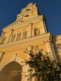 Luce dorata del tramonto sul campanile in Diveyevo e nel cielo blu fotografia stock