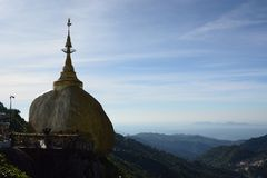 Luce dorata della siluetta della roccia di mattina Pagoda di Kyaiktiyo Stato di lunedì myanmar fotografia stock