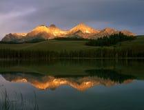 Luce dorata di alba sui picchi sopra il lago redfish, area di ricreazione nazionale del dente di sega, Idaho immagini stock