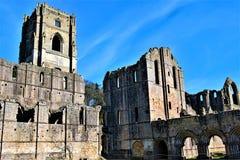 Luce ed ombra all'abbazia delle fontane, in North Yorkshire, alla fine del marzo 2019 fotografia stock