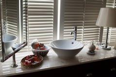 Luce ed ombre nel bagno fotografia stock