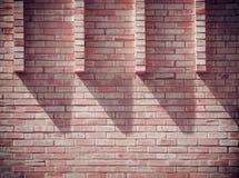Luce ed ombre sul muro di mattoni Immagine Stock