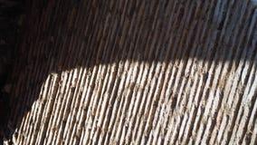 Luce ed ombre sulla parete del mattone e del mortaio Fotografia Stock