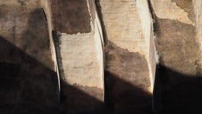 Luce ed ombre sulla parete del mattone e del mortaio Immagini Stock
