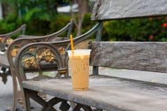 Luce fredda del ` s del sole di tempo del caffè sul sedile della sedia fotografia stock libera da diritti