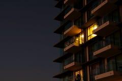 Luce gialla dalla stanza dell'appartamento alla notte Immagini Stock