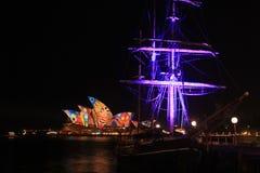 Luce laser della nave e di Sydney Opera Building Fotografia Stock Libera da Diritti