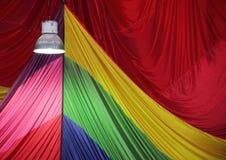 Luce luminosa della lampada del metallo con il tessuto del paracadute nel fondo Immagine Stock Libera da Diritti