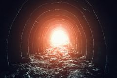 Luce misteriosa alla fine del tunnel Sfugga a ed esca a libertà e speri il concetto Corridoio industriale abbandonato nella minie immagini stock