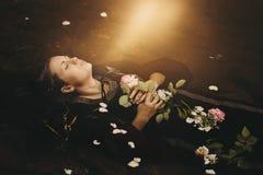 Luce morbida sopra fare galleggiare donna morta Fotografie Stock Libere da Diritti