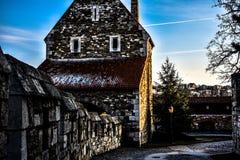 Luce naturale sulla casa di pietra immagine stock