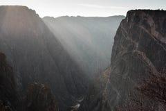 Luce nel canyon nero fotografia stock