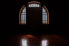 Luce nella stanza di oscurità, fondo scuro di Windows delle finestre Immagini Stock Libere da Diritti