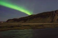 Luce nordica della bella aurora Fotografia del paesaggio di stordimento Islanda Viaggiando dai fiordi ghiacciati alle montagne ne Immagine Stock