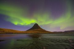 Luce nordica sopra Kirkjufell, città di Grundarfjordur fotografia stock libera da diritti