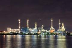 Luce notturna del fiume di industria petrolifera Fotografie Stock Libere da Diritti