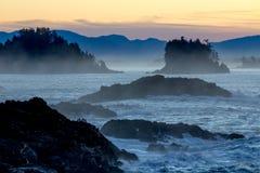 Luce prima dell'alba e siluette dal ciclo del faro Fotografie Stock Libere da Diritti