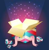 Luce radiante che esce da un contenitore di regalo aperto Immagini Stock Libere da Diritti