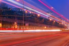 Luce rapida dell'automobile in città alla notte fotografia stock libera da diritti
