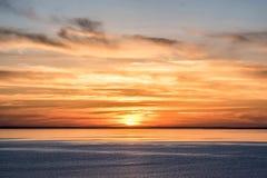 Luce rossa ardente del cielo sopra l'orizzonte al tramonto Immagine Stock