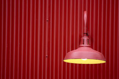 Luce rossa contro la priorità bassa rossa del metallo Immagini Stock