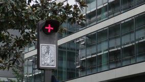 Luce rossa o fermare il segnale stradale leggero video d archivio