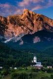 Luce sbalorditiva di tramonto sulle alpi nel villaggio Dreznica della Slovenia Fotografie Stock Libere da Diritti
