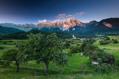Luce sbalorditiva di tramonto sulle alpi nel villaggio Dreznica della Slovenia Fotografia Stock