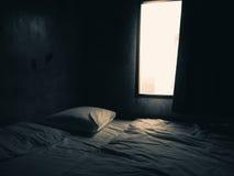 Luce scura della finestra e della camera da letto immagini stock libere da diritti