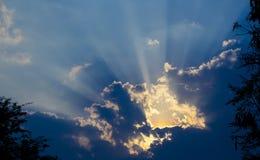 Luce solare attraverso le nubi Immagine Stock Libera da Diritti