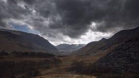 Luce solare attraverso le nuvole tempestose drammatiche video d archivio