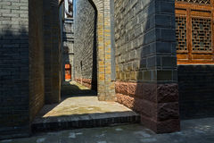 Luce solare calda in vicolo fra le costruzioni antiquate Fotografia Stock Libera da Diritti