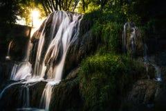 Luce solare che cade sulla cascata fotografia stock libera da diritti