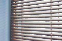 Luce solare che ottiene attraverso le veneziane la finestra immagine stock