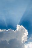 Luce solare che splende attraverso la nuvola Fotografie Stock Libere da Diritti